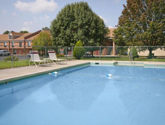 Days Inn Farmville: Pool