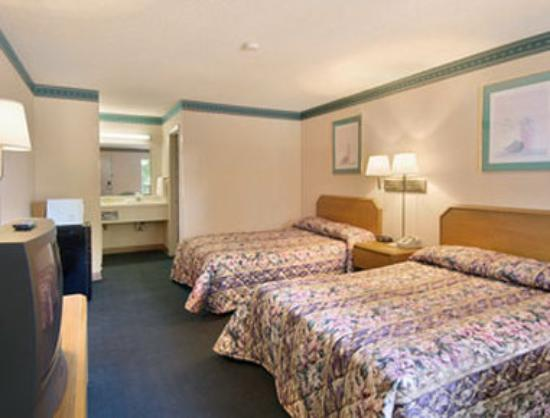 Days Inn Cheraw: Standard Two Double Bed Room