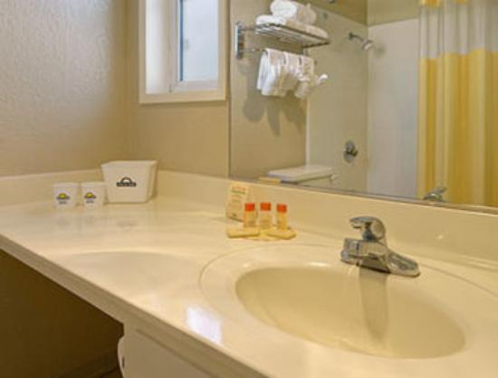 Days Inn Costa Mesa/Newport Beach: Bathroom