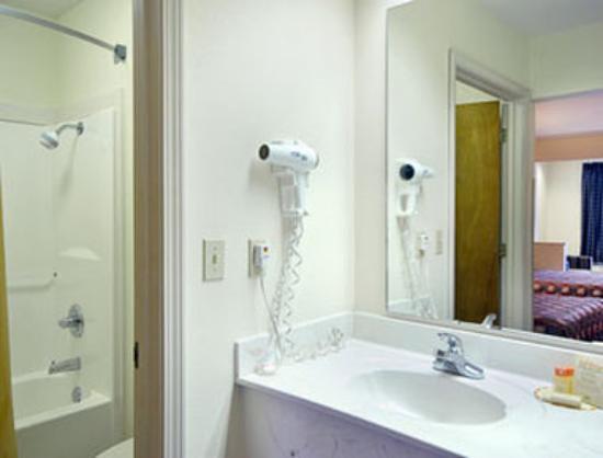 Days Inn & Suites Pine Bluff: Bathroom