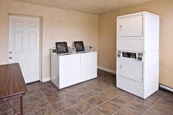Americas Best Value Inn-Garland/Dallas : Laundry Room
