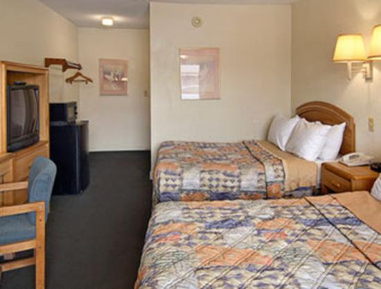 Days Inn Williamston: Standard Two Double Bed Room