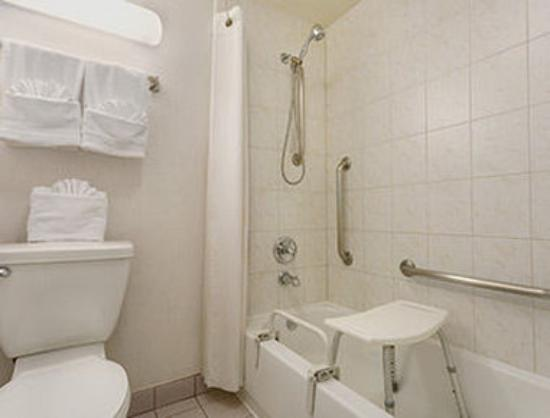 Days Inn San Diego/Downtown/Convention Center: ADA Bathroom
