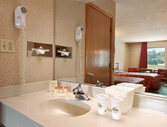 Days Inn Mooresville Lake Norman: Bathroom