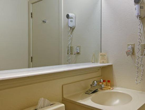 Days Inn Lebanon/Hanover : Bathroom