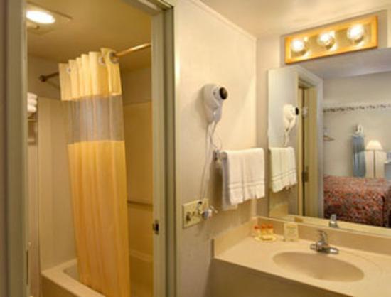 Days Inn Southern Hills/ORU: Bathroom