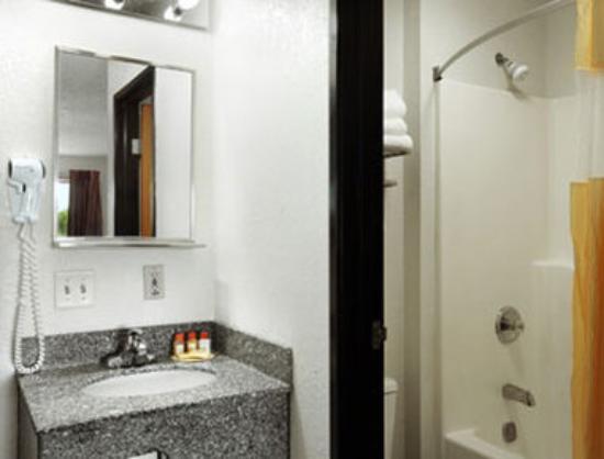 Days Inn Ankeny - Des Moines: Bathroom