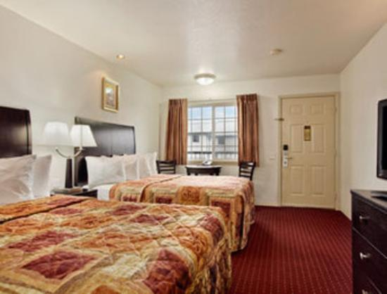 Days Inn Newport OR: Standard Two Double Bed Room