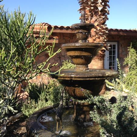 Tuscan Springs Hotel and Spa: fountain in garden courtyard
