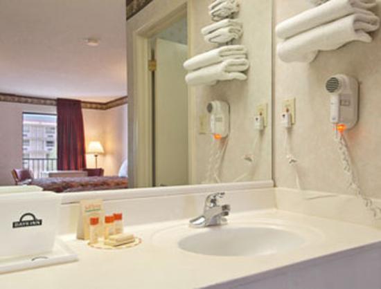 Days Inn Memphis - I40 and Sycamore View: Bathroom