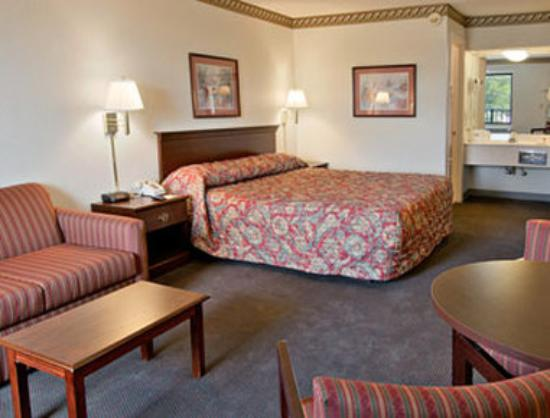 Days Inn Hendersonville: Standard King Bed Room