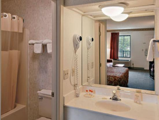 Days Inn Hendersonville: Bathroom