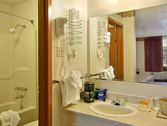 Days Inn Arkadelphia : Bathroom