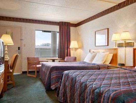 Days Inn Greeneville: Standard Two Queen Bed Room