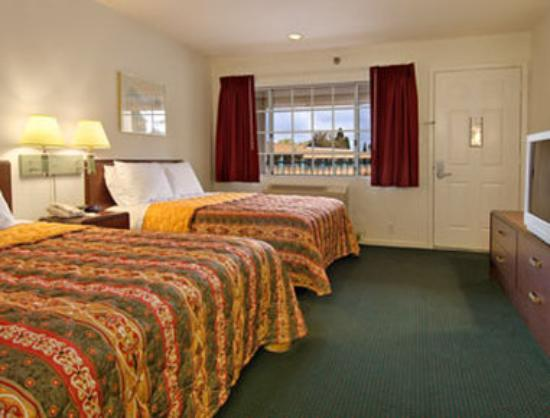 Days Inn & Suites by Wyndham Hayward : Standard Two Queen Bed Room