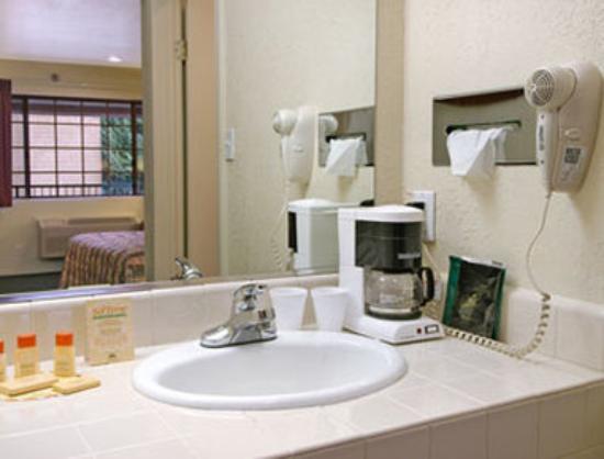Days Inn & Suites Hayward: Bathroom