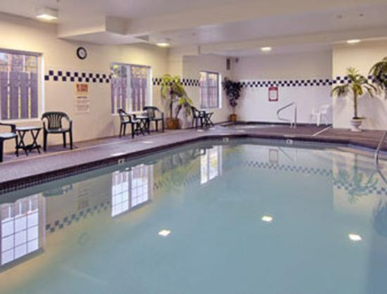 Days Inn & Suites Gresham: Pool