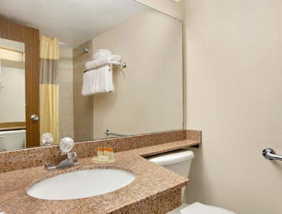 Days Inn Bloomington West: Bathroom