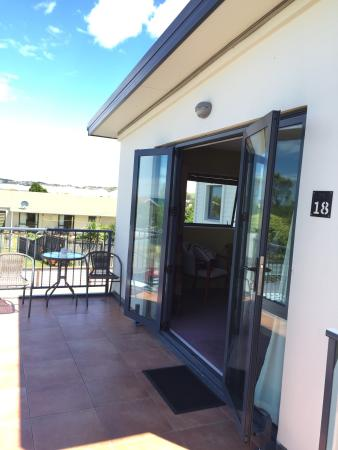 Quality Suites Kaikoura : Balcony of room 18 - great to open doors for a fresh breeze