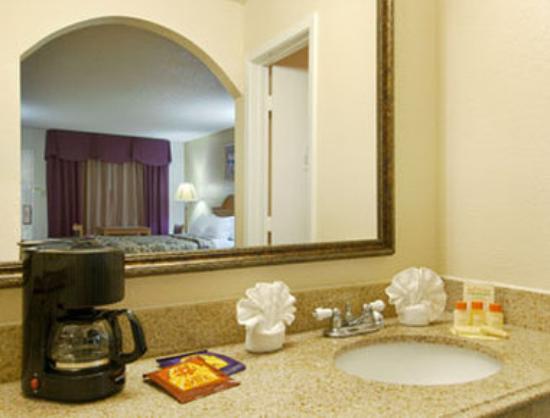 Days Inn San Antonio Interstate Hwy 35 North: Bathroom