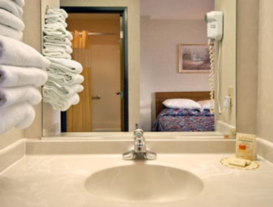 Days Inn - El Paso: Bathroom