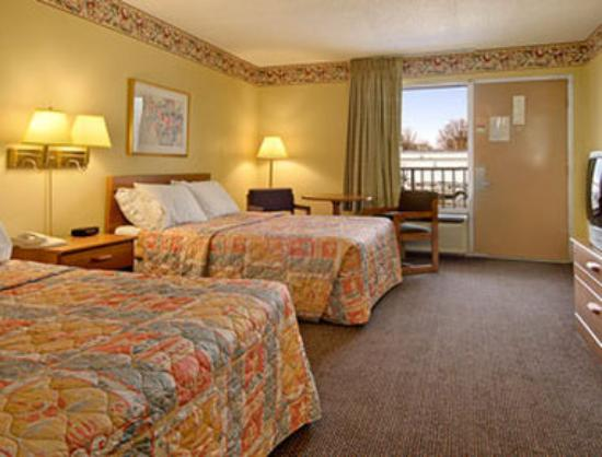 Days Inn Muscle Shoals: Standard Two Double Bed Room