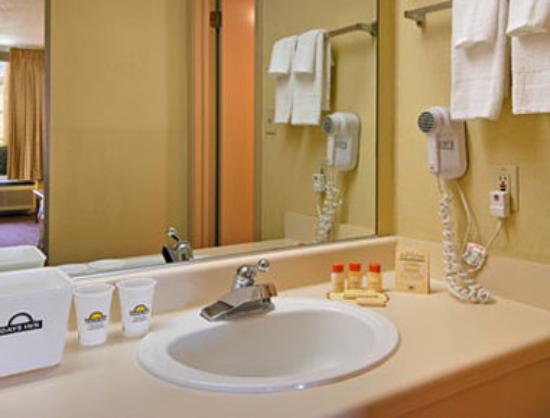 Days Inn by Wyndham Muscle Shoals: Bathroom