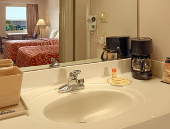 Days Inn Gulfport: Bathroom