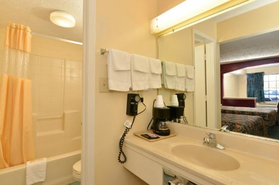 Americas Best Value Inn & Suites - Jackson Coliseum: Grab Bars in Bathroom