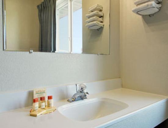 Days Inn Jamestown: Bathroom