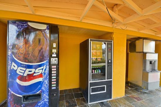 Americas Best Value Inn - Brenham: Ice and Vending Machines