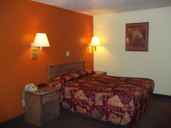 Americas Best Value Inn Moriarty : One Queen Bed