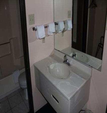 Knights Inn Wentzville MO : Bathroom