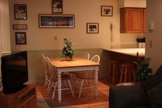Nordic Inn Condominium Resort : Dining Table