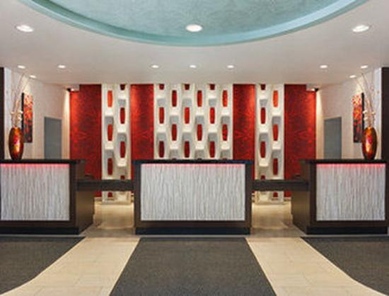 Ramada Plaza Newark Liberty International Airport: Lobby