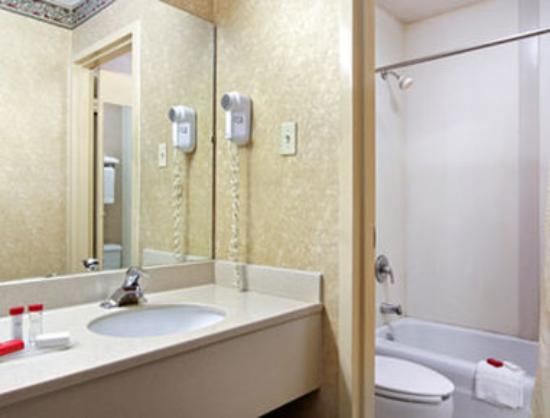 Days Inn & Suites York: Bathroom
