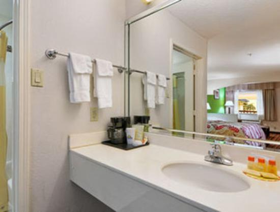 Days Inn & Suites Winnie: Bathroom