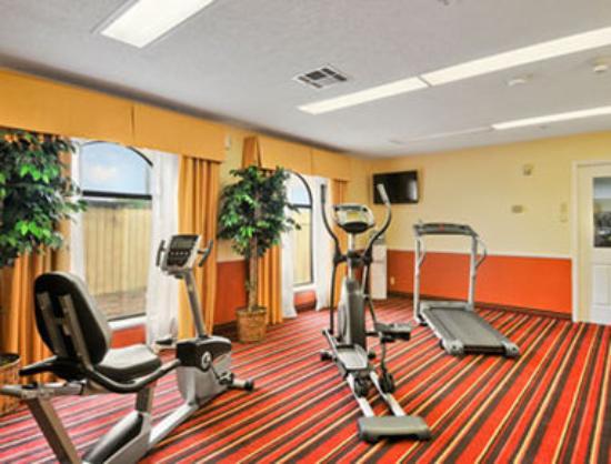 Days Inn & Suites Winnie : Fitness Center