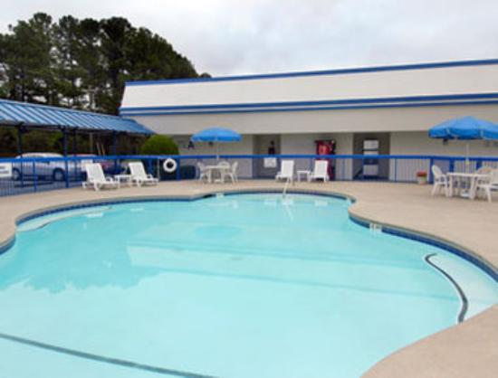 Howard Johnson Inn Commerce GA: Pool