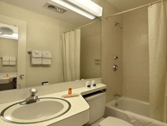 Howard Johnson Inn - Vero Beach / Downtown : Bathroom