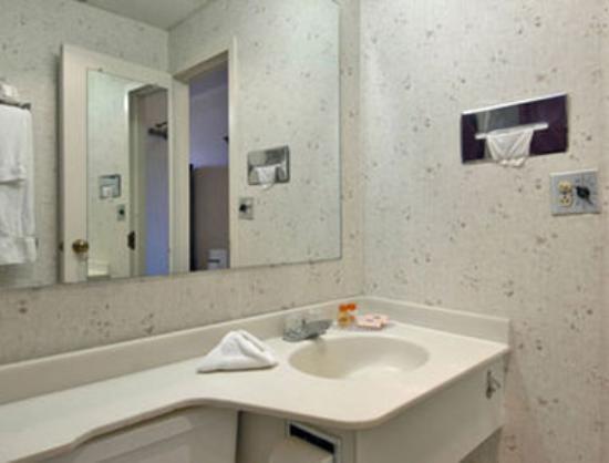 Howard Johnson Hotel - Norwich: Bathroom