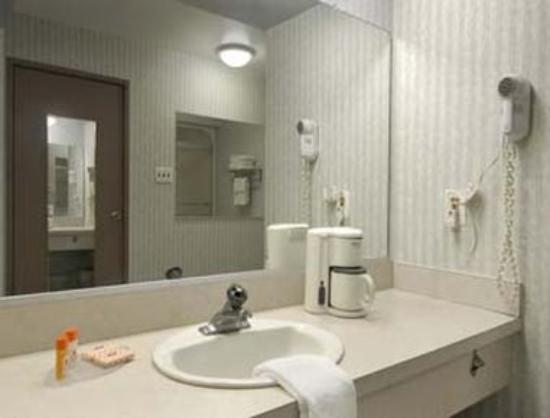 Howard Johnson Express Inn - Blackwood: Bathroom