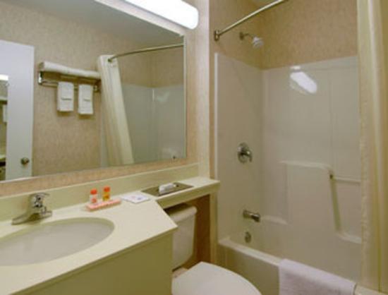 Howard Johnson Williamstown: Bathroom