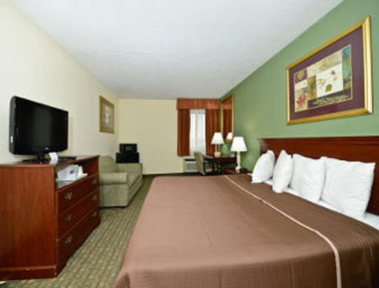 Howard Johnson Hotel - Newark Airport: 1 King Bed with Sofa