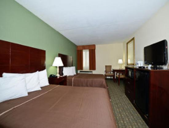 Howard Johnson Hotel - Newark Airport: Guest Room with 2 Double Beds