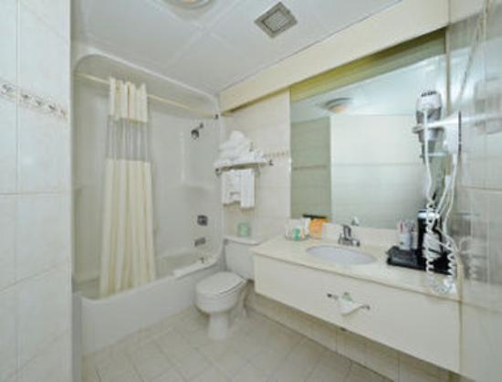 Howard Johnson Hotel - Newark Airport: Bathroom