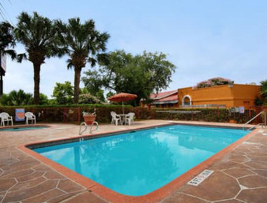 Howard Johnson Inn & Suites San Antonio Near at&T Center: Pool