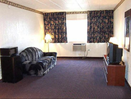 Howard Johnson Pikesville: Two Room Suite Sitting Area