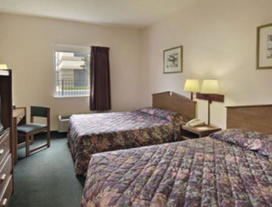 Howard Johnson Express Inn/Airport: Standard Two Double Beds
