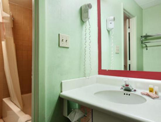 Springdale Inn & Suites: Bathroom